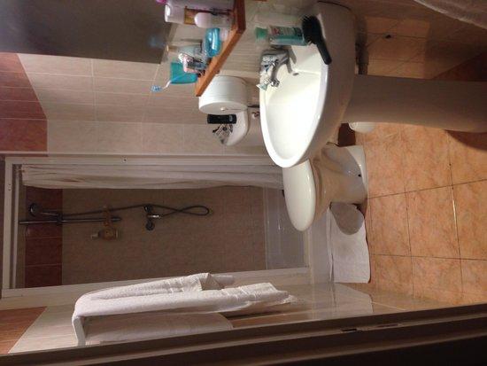 Hotel Alize Cannes: Salle de bain spacieuse et pratique