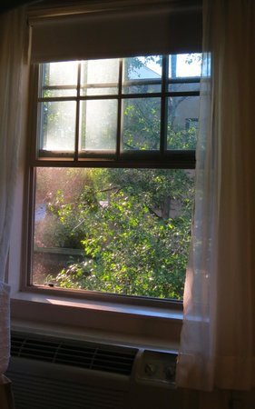 Best Western Heritage Inn: I love being able to open the window for a summer breeze