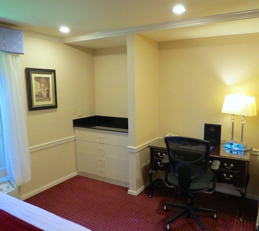 BEST WESTERN PLUS Heritage Inn: Suites have good space