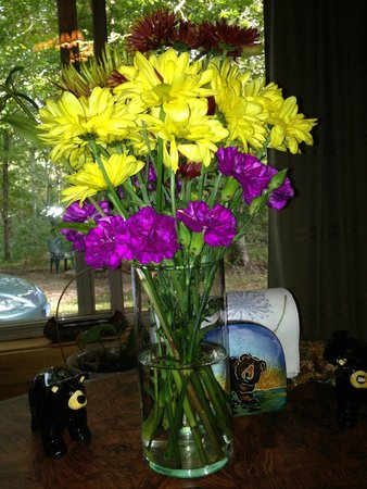 Cabins At Hickory Ridge: Sweet flowers on the table when we arrived!