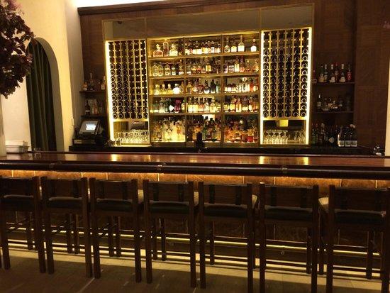 Refinery Hotel: Hotel bar at lobby