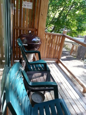 River's Edge Resort: Back deck and bbq