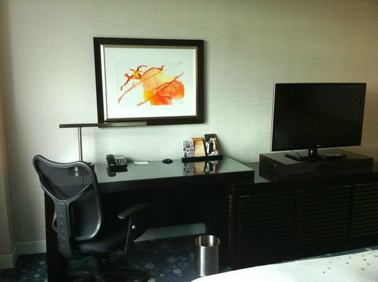 Renaissance Arlington Capital View Hotel: Desk