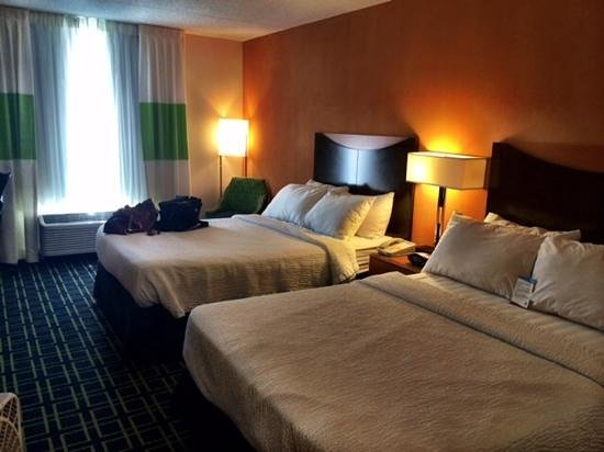 Fairfield Inn & Suites Beckley: Despite the bathroom, the room itself was cozy and immaculate.