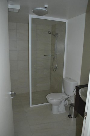 Whistler Holiday Apartments: Shower