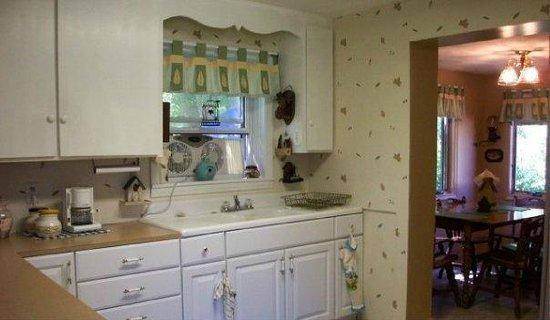 Cedar Ridge Cabins: Cedar Ridge Cottage Kitchen