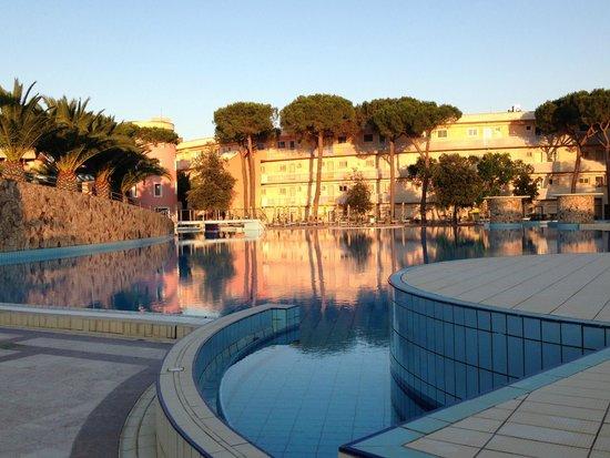 Tirreno Resort: Abendstimmung am Pool
