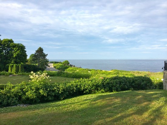 Colony Hotel: View of the Ocean from lawn on the hotel property