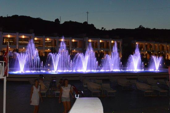 Princess Andriana Resort & Spa : вечерние фонтаны