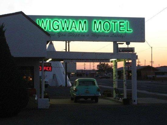 Wigwam Motel: Motel front