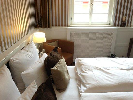 Waldhotel Stuttgart: Bett mit Aussicht in den Innenhof