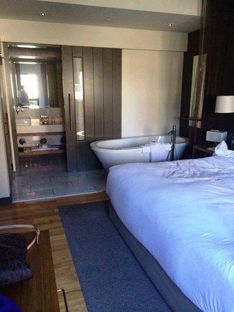 Andaz Napa: bedroom/bathroom