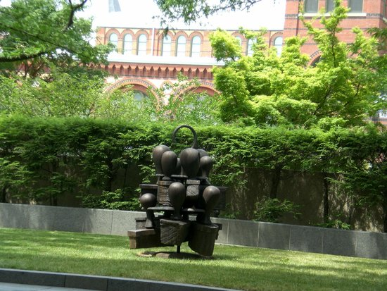 Hirshhorn Museum and Sculpture Garden: More outside sculpture