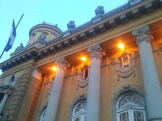 Széchenyi Baths and Pool : Fachada externa lado de entrada