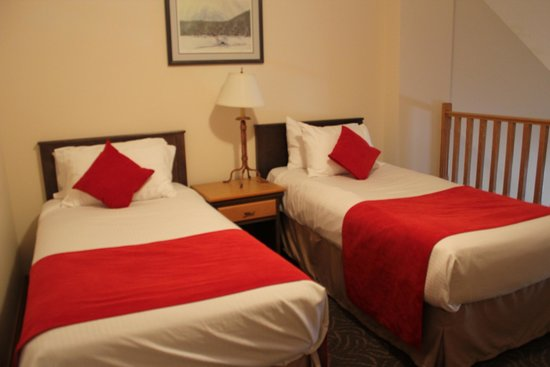 The Glacier View Inn: Two separate beds on the loft