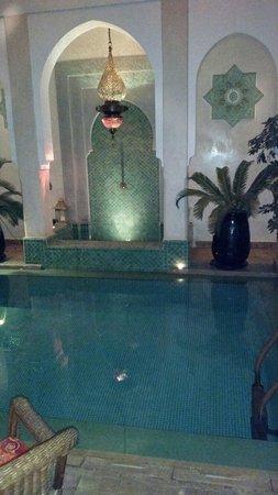 Riad Hikaya: Pool at night