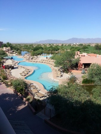 Sheraton Grand at Wild Horse Pass: View of pool area from our 4th floor room