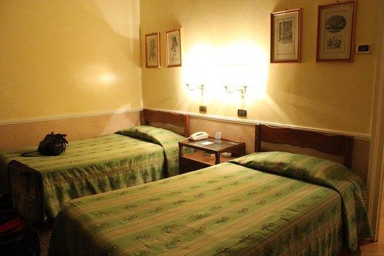 Bettoja Hotel Massimo D'Azeglio: Two beds