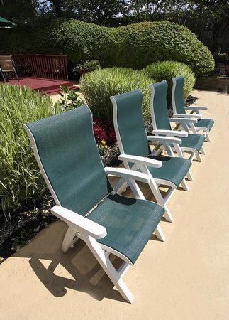 Holiday Inn Westbury: Poolside Guest Chairs