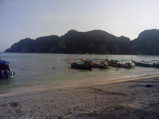 Phi Phi Andaman Beach Resort : Джонки справа