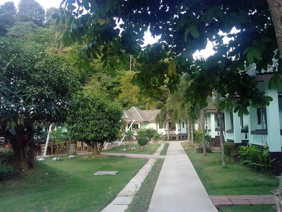 Phi Phi Andaman Beach Resort: по дорожке