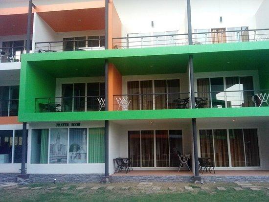 Phi Phi Andaman Beach Resort: Слева второй этаж наш балкон