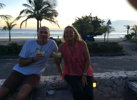 Bali Niksoma Boutique Beach Resort: Enjoying our sunset drinks with the amazing beach view from poolside/bar area.