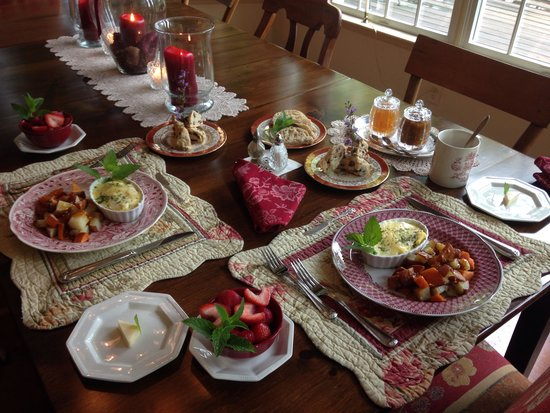 Cornerstone Farm Bed and Breakfast: Beautiful and delicious breakfast