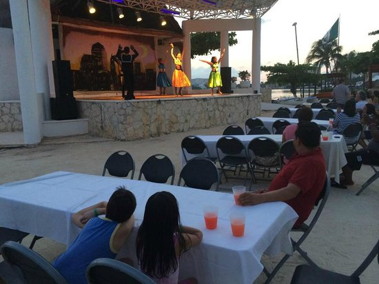 Sunset Marina Resort & Yacht Club: viendo el show de la tarde!
