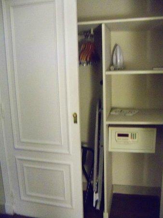 Unique Executive Chateau: No armário há tábua de passar, ferro e cofre.