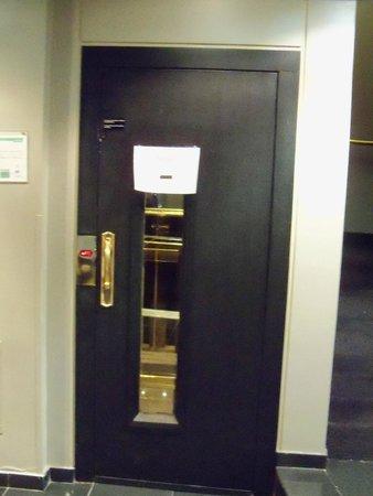 Unique Executive Chateau: Papel comunica que o elevador está estragado e solicita aos hóspedes que se utilizem das escadas