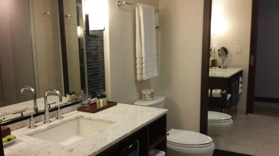 InterContinental New York Times Square : Nice restroom with rain shower