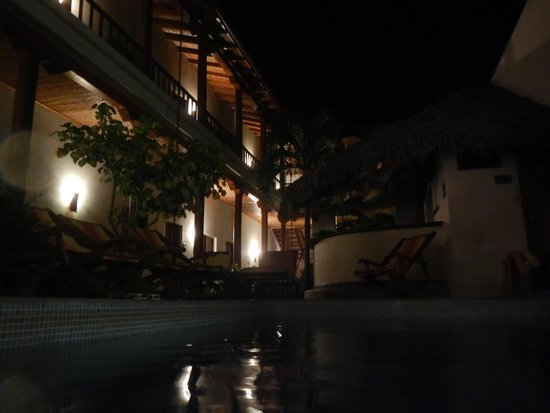 Hotel con Corazon: Piscina e hotel à noite