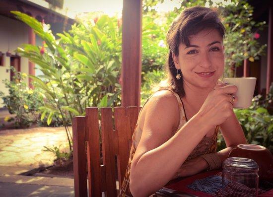 Hotel con Corazon: Jardim e área do café da manhã