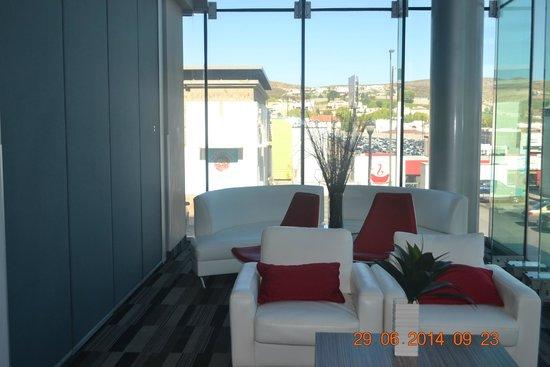 Ramada Encore Chihuahua: Sala de estar frente a elevadores