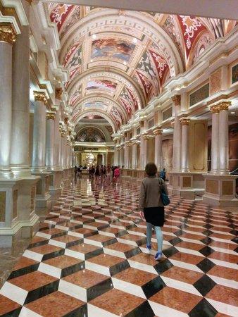 The Venetian Las Vegas: Hallway between front desk and casino area