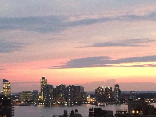 Hampton Inn Manhattan-SoHo: View uf Hudson river from rooftop terrace at dusk