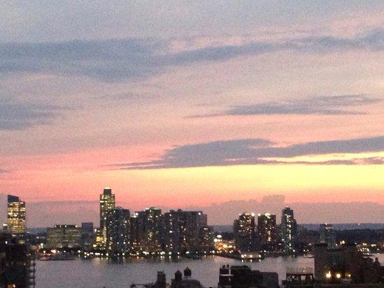 Hampton Inn Manhattan-SoHo : View uf Hudson river from rooftop terrace at dusk