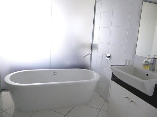 Vue Luxury Apartments Trinity Beach: Huge bath in ensuite
