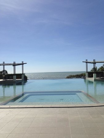 Vue Luxury Apartments Trinity Beach: The glorious pool. Bit chilly in July, though!