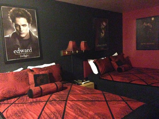The Pacific Inn Motel: Twilight themed room. Not a fan of the creepy posters... However, Twilight fans would appreciate
