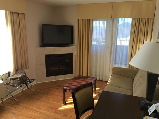 Days Inn Kamloops BC : Living Area with Balcony