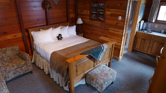 Paradise Lodge & Bungalows: comfortable cabin bed
