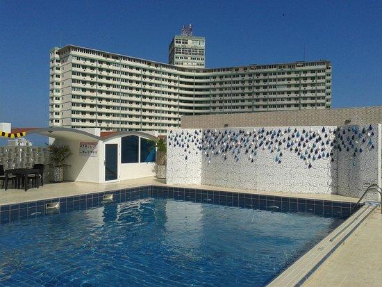 NH Capri La Habana: Piscina en el último piso