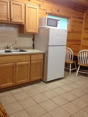 Camp Carlson Army Recreational Area: Kitchen of group cabin. Very clean!
