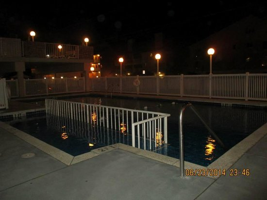 Acacia Beachfront Resort : Pool at night, from patio in front of Room 101