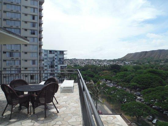 Castle Waikiki Grand Hotel : 屋上サンデッキ。北側をのぞむ。