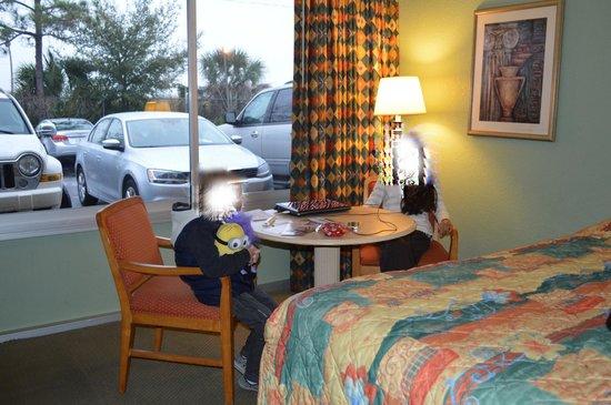 Ramada Kissimmee Gateway: Habitación con vista al estacionamiento, muy tranquila.