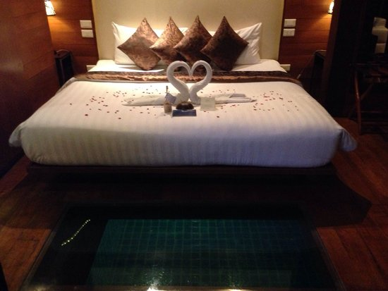 KC Resort & Over Water Villas : honeymoon bed presentation