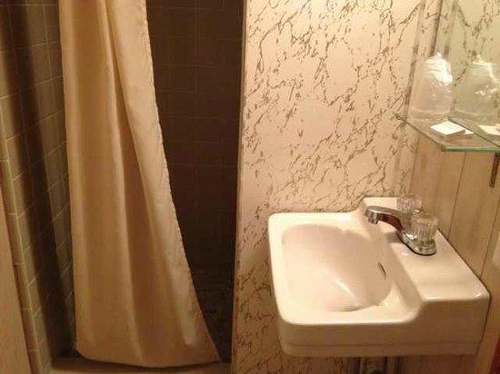Nova Motel: bathroom